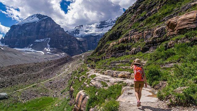 hiker-4308973_640